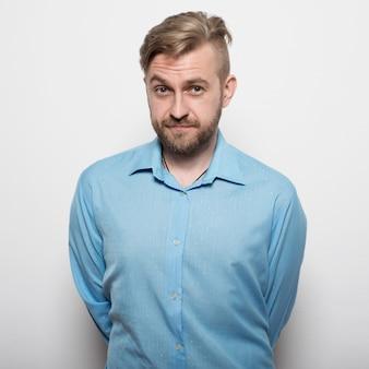 Hipster mann im blauen langarmhemd