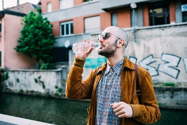 Hipster mann im freien