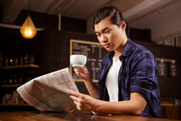 Hipster mann liest zeitung
