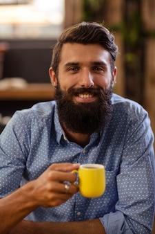 Hipster mit einer tasse kaffee