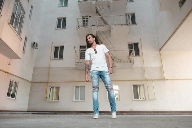 Hipster-modell mit langen haaren