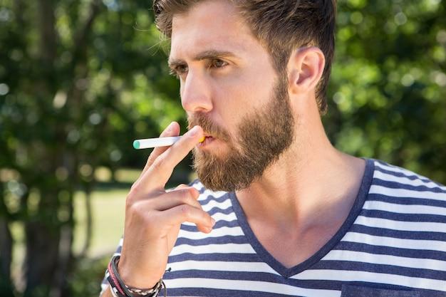 Hipster raucht elektronische zigarette