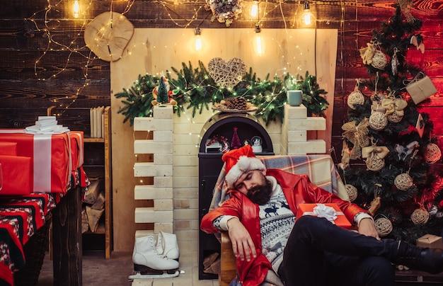 Hipster santa claus. nach der party neujahr: festlicher champagner. weihnachtsfeier urlaub. neujahrsparty. santa betrunken