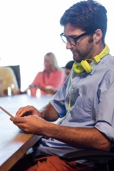 Hipster-scrolling-laptop
