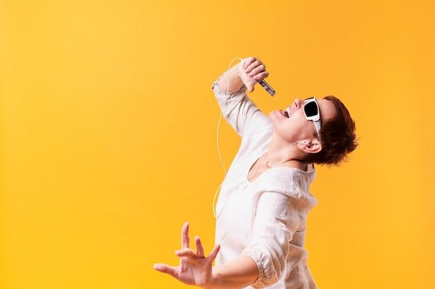 Hipster senior frau tanzen und singen