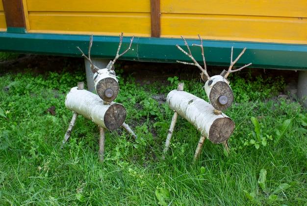 Hirschfiguren aus holz. diese statuen sind handgefertigt aus holz.