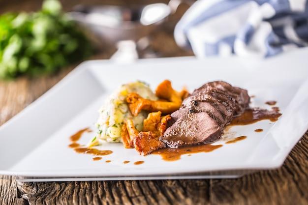 Hirschfleischportion auf dem teller im hotel oder restaurant. jagdküche.