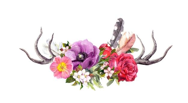 Hirschhörner mit blumen und federn. aquarell im boho-stil