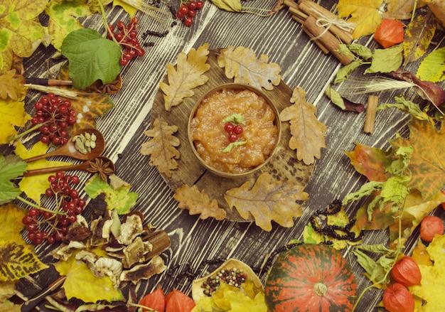 Hirsebrei mit kürbis. kürbisbrei in einer platte