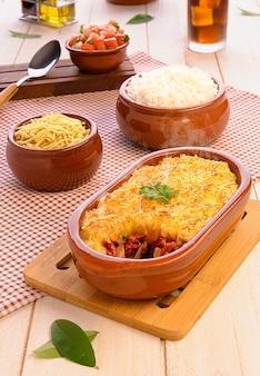 Hirtenkuchen (escondidinho de carne seca) - traditionelles brasilianisches essen