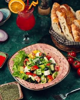 Hirtensalat garniert mit oliven