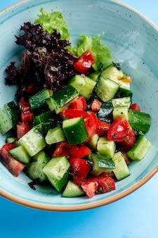Hirtensalat gemischt mit kräutern