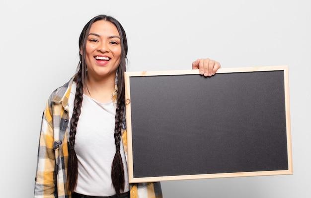 Hispanic frau, die glücklich und angenehm überrascht aussieht, aufgeregt mit einem faszinierten und schockierten ausdruck