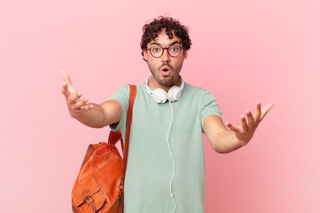 Hispanic student fühlt sich extrem schockiert und überrascht, ängstlich und panisch, mit einem gestressten und entsetzten blick