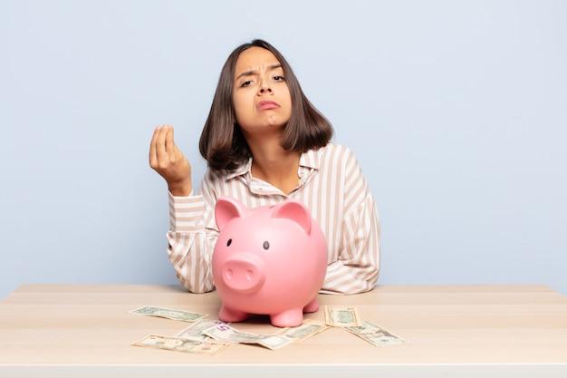 Hispanische frau, die capice oder geldgeste macht und ihnen sagt, dass sie ihre schulden bezahlen sollen!