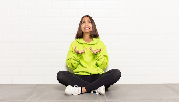 Hispanische frau, die verzweifelt und frustriert, gestresst, unglücklich und genervt aussieht, schreit und schreit