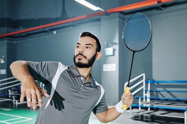 Hispanischer badmintonspieler