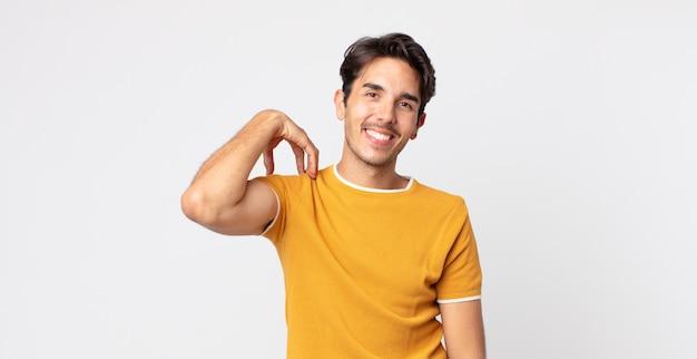 Hispanischer gutaussehender mann, der fröhlich und selbstbewusst mit einem lässigen, glücklichen, freundlichen lächeln lacht
