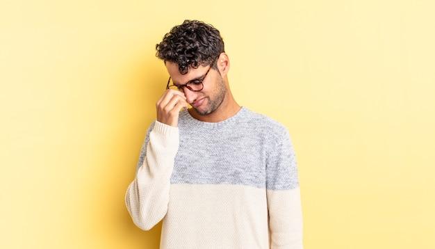 Hispanischer gutaussehender mann, der sich gestresst, unglücklich und frustriert fühlt