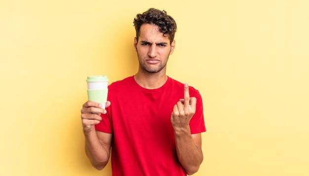 Hispanischer gutaussehender mann, der sich wütend, verärgert, rebellisch und aggressiv fühlt. kaffee zum mitnehmen konzept