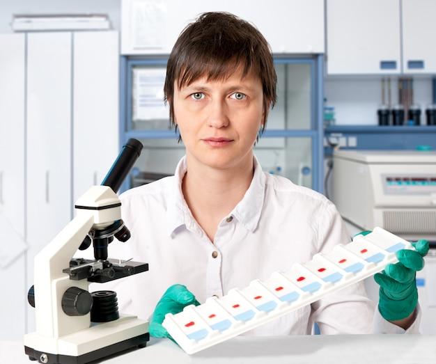 Histopathologe mit gewebeproben