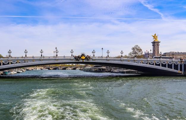 Historische brücke pont alexandre iii über den fluss seine in paris frankreich