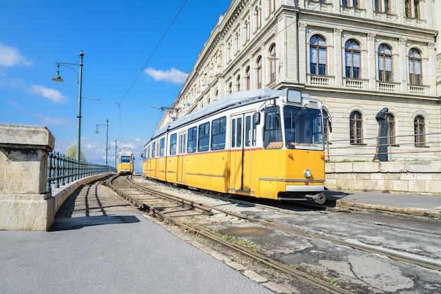 Historische gelbe straßenbahnen in zentralem budapest