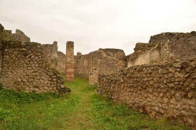 Historische ruinen im antiken pompeji mit steingebäuden