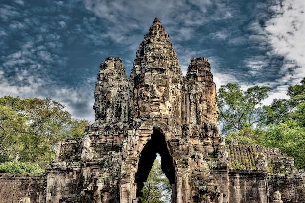 Historische statuen in angkor thom, siem reap, kambodscha