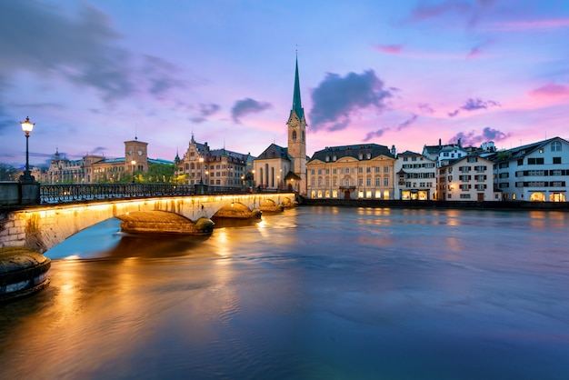 Historische zürcher innenstadt mit der berühmten fraumünster kirche zürich