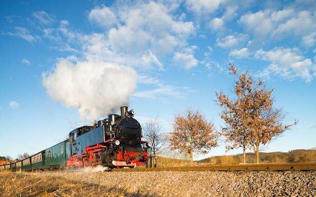 Historischer dampfzug auf der insel rügen in nordostdeutschland