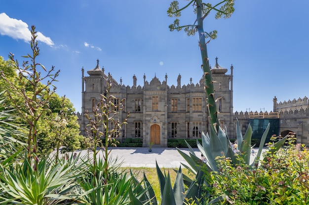 Historischer palast 1848 des grafen vorontsov blühende agave alupka crimea