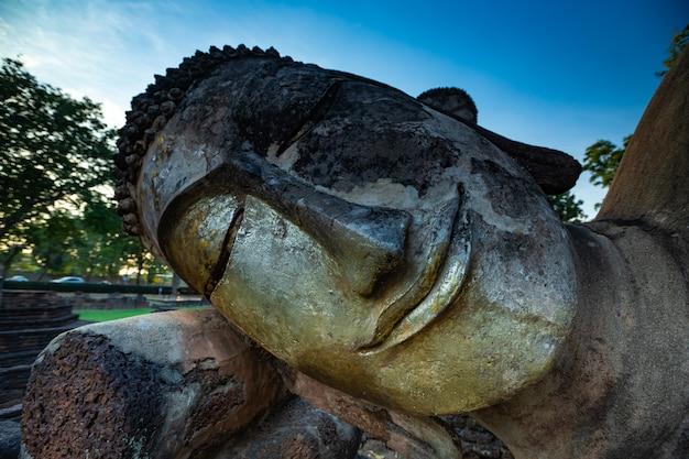 Historischer park von kamphaeng phet, thailand, alte stadt der alten stadt und alter buddha des alten tempels in kamphaeng phet, thailand.
