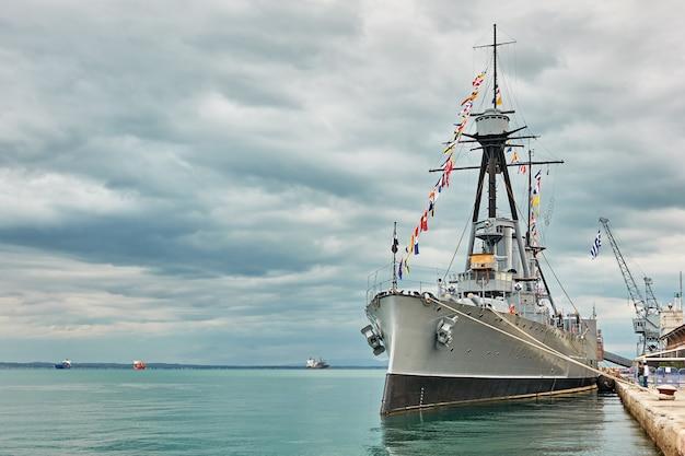 Historisches griechisches kriegsschiff averof im hafen von thessaloniki, griechenland