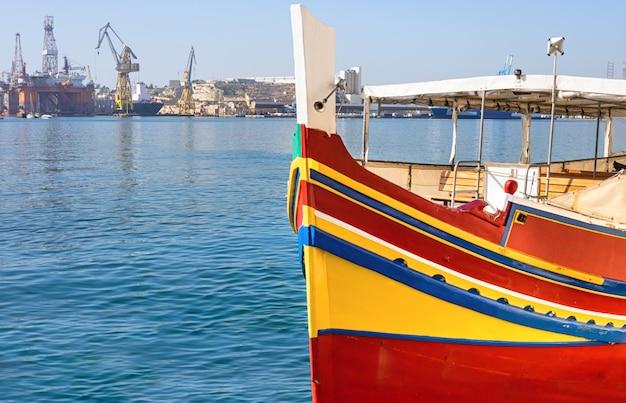 Historisches maltesisches boot in großartigem valletta bay in malta