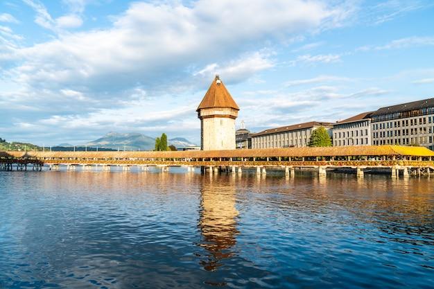 Historisches stadtzentrum von luzern mit berühmter kapellenbrücke in der schweiz.