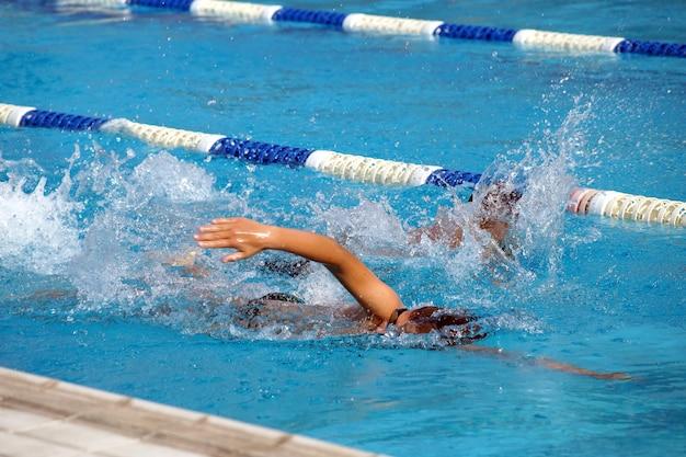 Hitze von kindern auf einem weg im schwimmbad