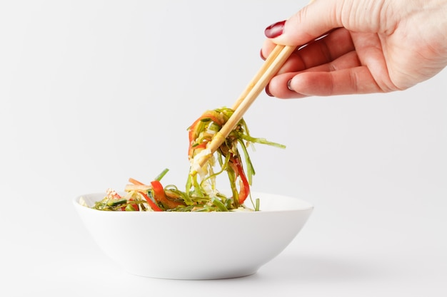 Hiyashi wakame chuka oder meerespflanzensalat auf tabelle