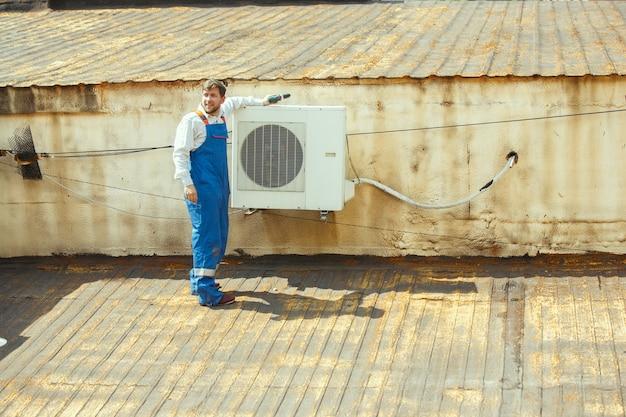 Hlk-techniker, der an einem kondensatorteil für die kondensationseinheit arbeitet