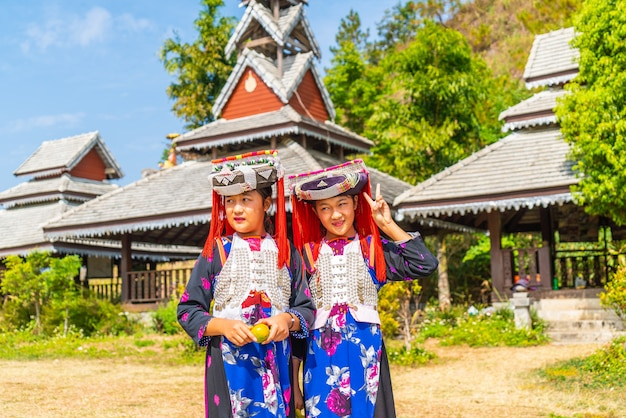 Hmong-kinder mit nasenschleim, porträt von kleinen mädchen h'mong (miao), die trachtenkleid während des neujahrsfestes tragen
