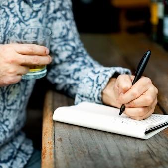 Hobby-verfasser, der artikel-konzept schreibend arbeitet