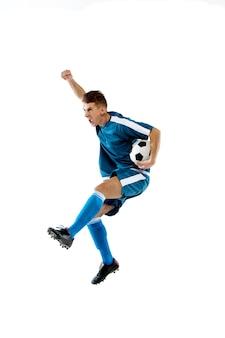 Hoch fliegen. lustige emotionen des professionellen fußballspielers lokalisiert auf weißem studiohintergrund. exemplar für anzeige. aufregung im spiel, menschliche emotionen, gesichtsausdruck und leidenschaft mit sportkonzept.