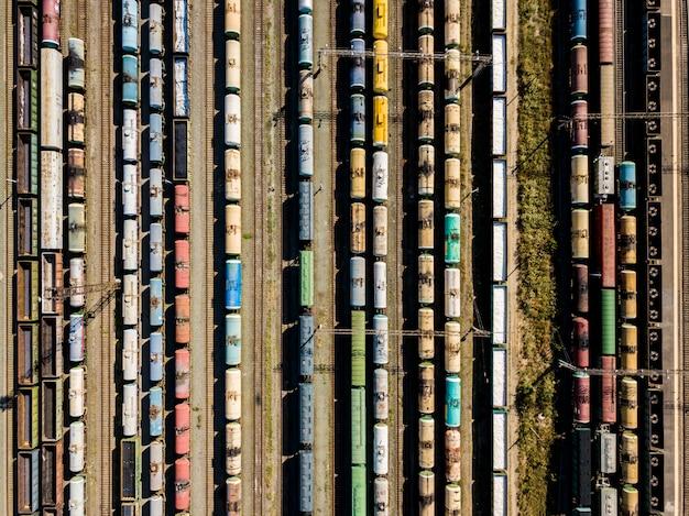 Hoch über der draufsicht der güterzugwagenbeschaffenheit, die auf einem bahnhof steht f