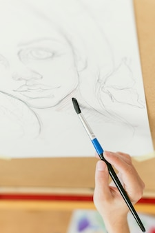 Hochansichtporträt der frau und des pinsels