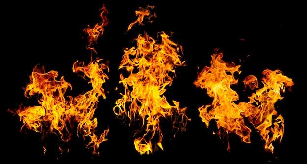 Hochauflösende feuerflammen von fackel, isoliert auf schwarzer wand