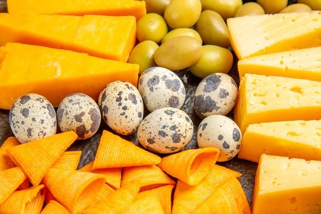 Hochauflösendes foto des köstlichen besten snacks für wein auf braunem tablett auf eishintergrund