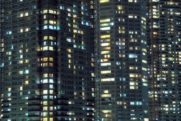 Hochdetailliertes nachtfenstermuster der modernen metropole, tokio