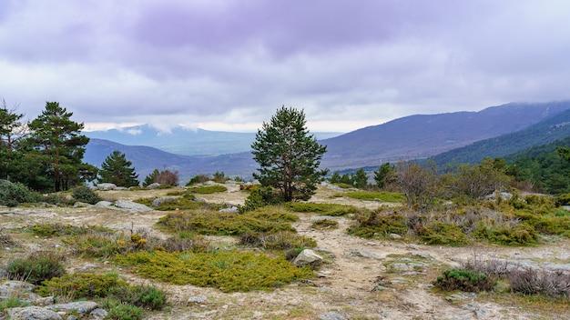 Hochgebirgslandschaft mit luftbild der bergkette und des bewölkten himmels. canencia madrid.