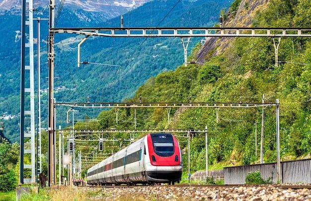 Hochgeschwindigkeitszug auf der gotthardbahn in den schweizer alpen