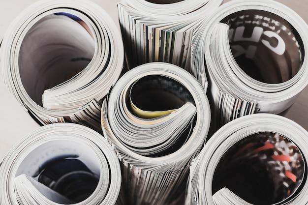 Hochglanzmagazin mit gerollten seiten